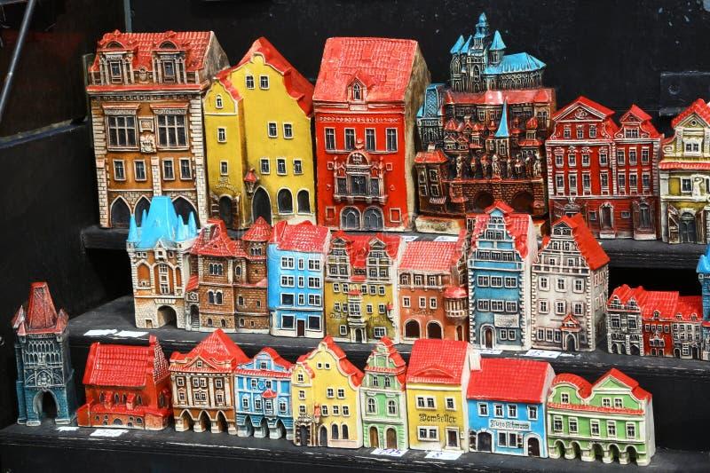 Souvenir i Prague, modeller av färgrika hus fotografering för bildbyråer