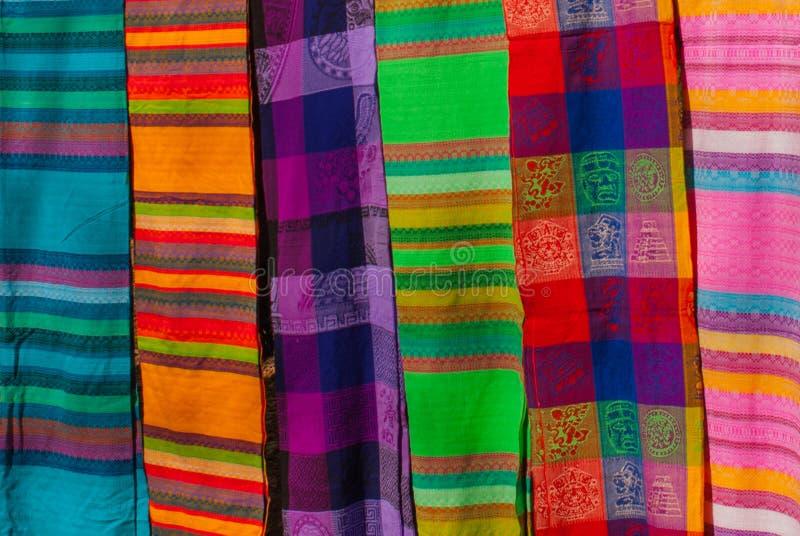 Souvenir på marknaden Mång--färgad kläder Nationell kläder av Mexico Mångfärgade textiler som är representativa för laten arkivbild