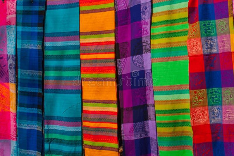 Souvenir på marknaden Mång--färgad kläder Nationell kläder av Mexico Mångfärgade textiler som är representativa för laten royaltyfri fotografi