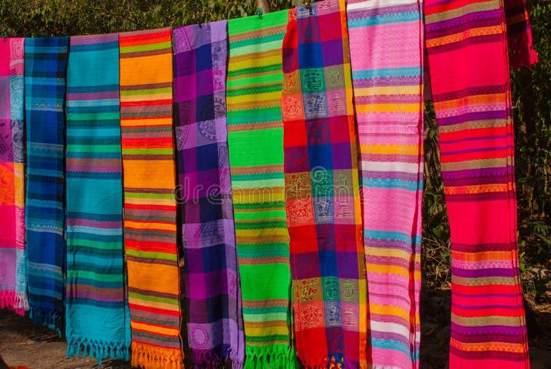 Souvenir på marknaden Mång--färgad kläder Nationell kläder av Mexico Mångfärgade textiler som är representativa för laten arkivfoton