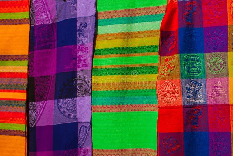 Souvenir på marknaden Mång--färgad kläder Nationell kläder av Mexico Mångfärgade textiler som är representativa för laten royaltyfria foton