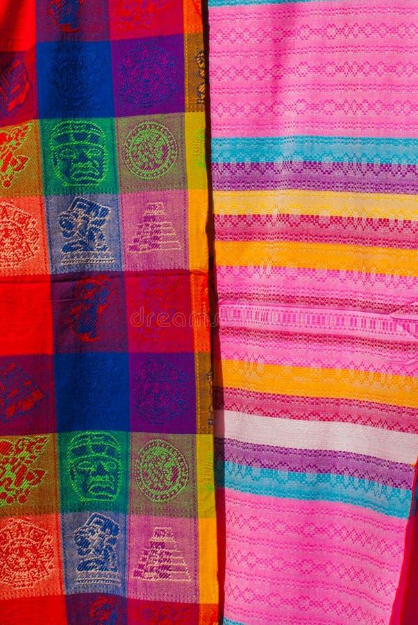 Souvenir på marknaden Mång--färgad kläder Nationell kläder av Mexico Mångfärgade textiler som är representativa för laten royaltyfri foto