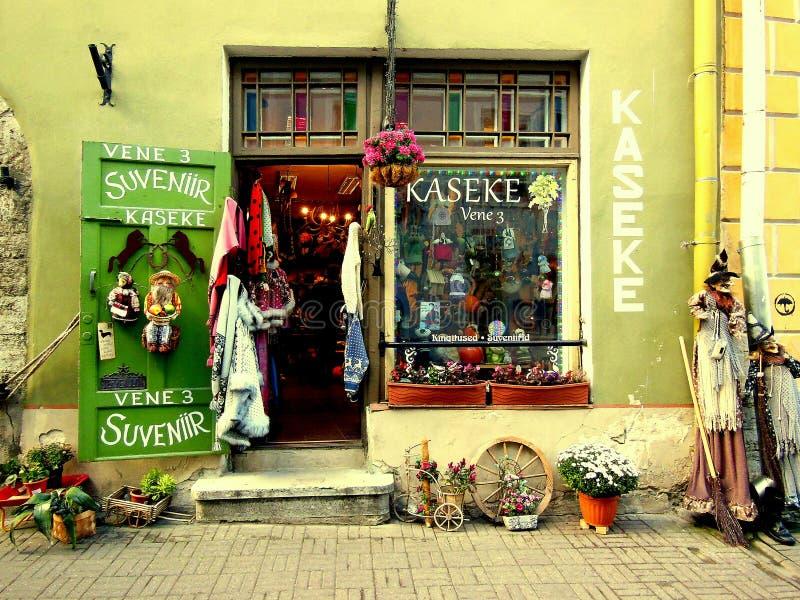 Souvenir shoppar den gamla staden Tallinn royaltyfria bilder