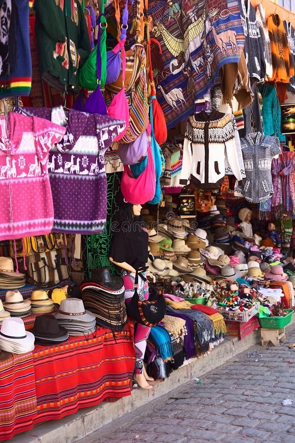Souvenir shoppar i Copacabana, Bolivia arkivfoto