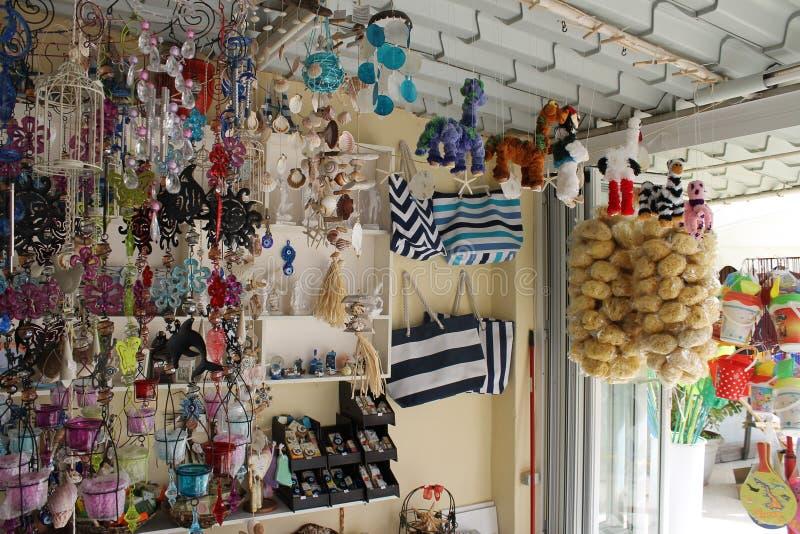 Souvenir shoppar i Kassiopi, Grekland royaltyfri fotografi