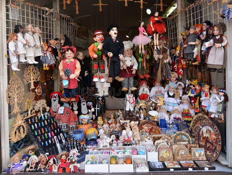 Souvenir shoppar i Prague arkivbild