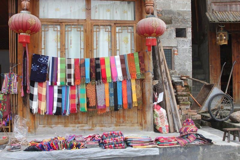 Souvenir shoppar med handen vävde sjalar i Dazhai i Longsheng Kina royaltyfri foto
