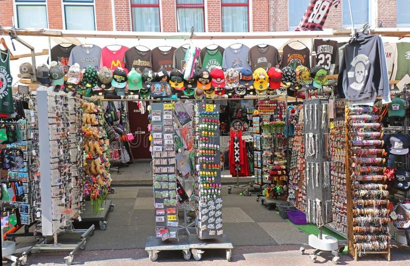 Souvenir shoppar på gatan i Amsterdam royaltyfri foto