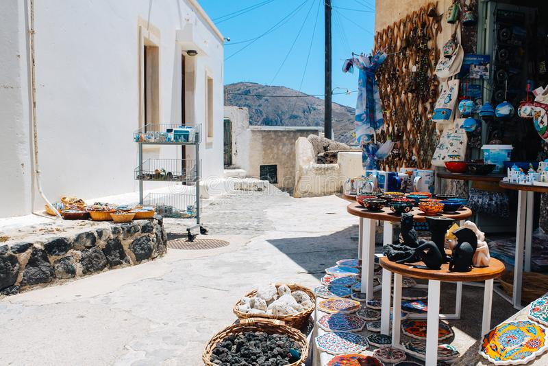 Souvenir shoppar på Pyrgos i den Santorini ön, Grekland arkivbild