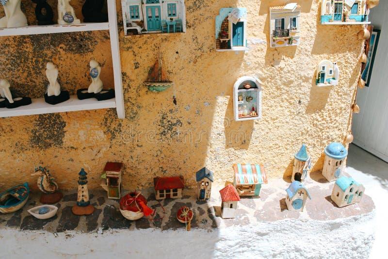 Souvenir shoppar prydnaden på den Pyrgos staden i den Santorini ön, Grekland royaltyfri foto