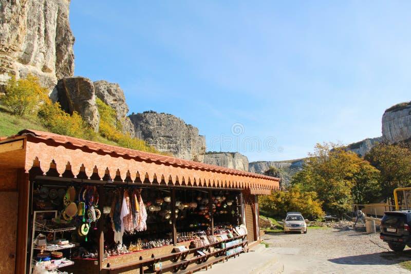Souvenir shoppar under klippan i Krim arkivfoton