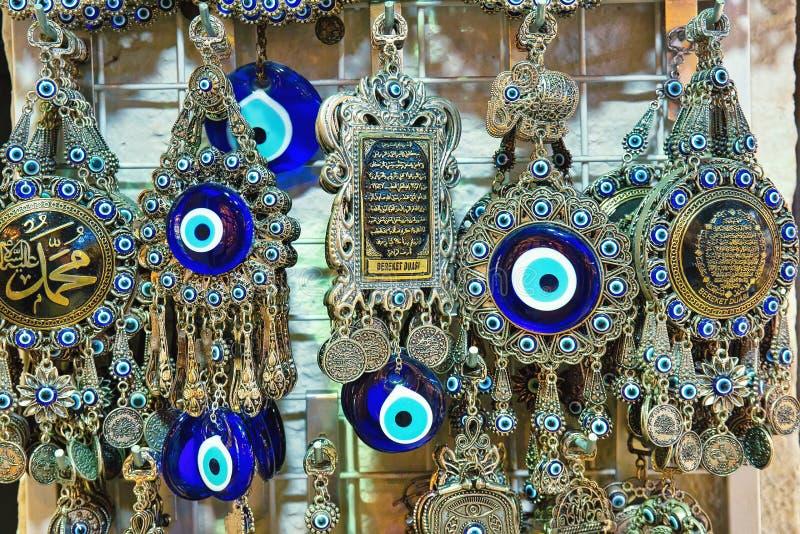 souvenir turchi tradizionali decorati venduti a Grand Bazaar a Istanbul, attrazione turistica molto popolare fotografia stock