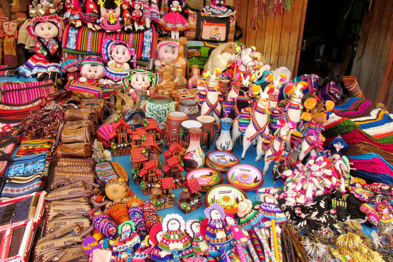 Souvenirdockor i quechua stil arkivbild