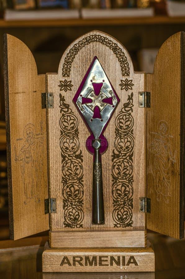 Souvenirkopia av det legendariska spjutet Longin i en träask med dörrar, som den medeltida kloster Geghard i Armenien är n efter fotografering för bildbyråer