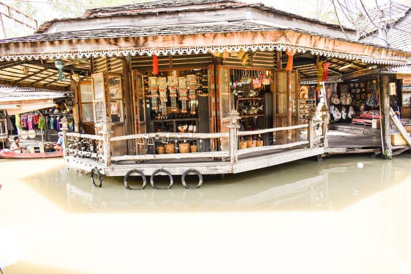 Souvenirladen in Thailand-Geschenk gehendem sich hin- und herbewegendem Markt Straße lizenzfreies stockfoto