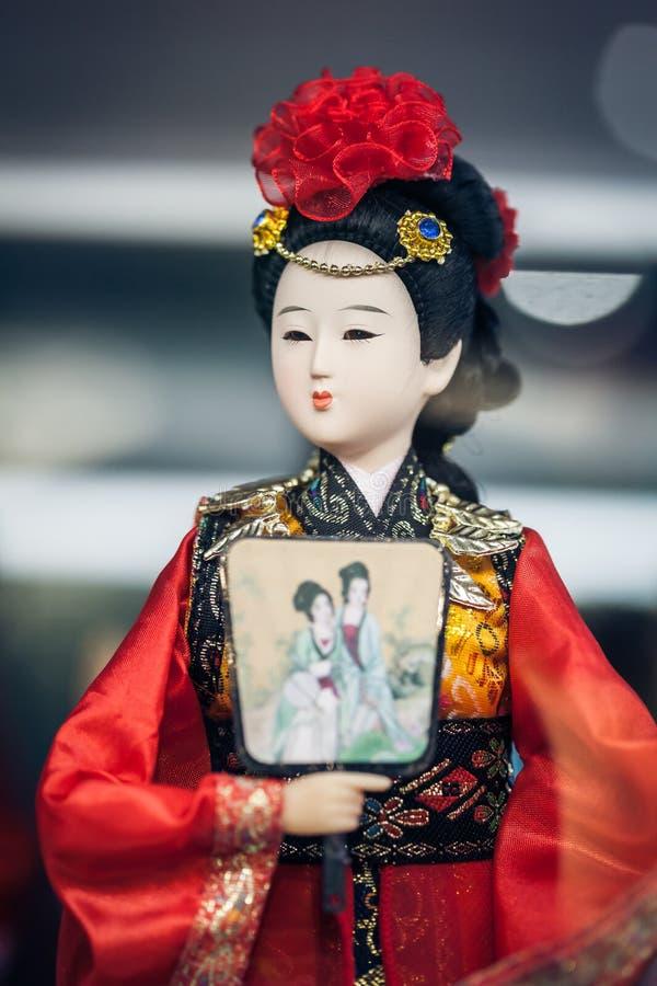 Souvenirlagers skyltfönster, December 16, 2013 i Peking, Kina Den kinesiska klassiska teckenmodellen är turist- souvenir royaltyfri bild
