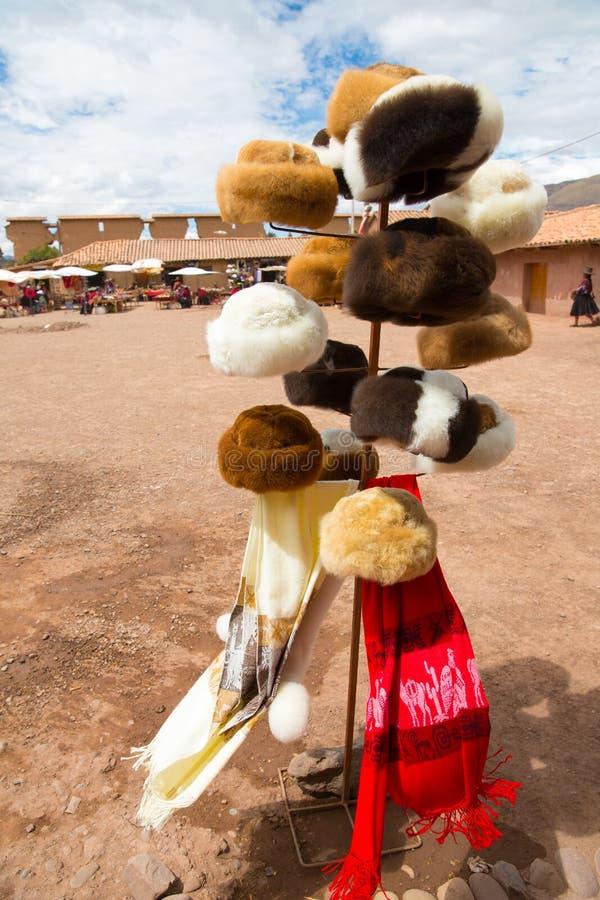 Souvenirmarknad i Raqchi, Peru, Sydamerika. Gatan shoppar med den färgrika filten, halsduken, torkduken, ponchoar royaltyfri fotografi