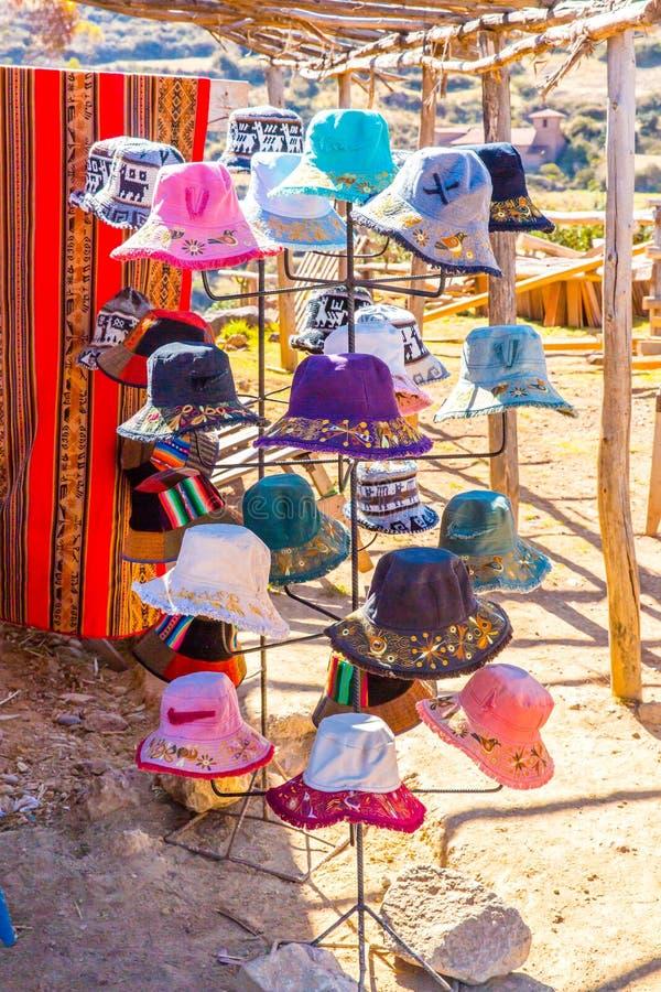 Souvenirmarknad på gatan av Ollantaytambo, Peru, Sydamerika. Färgrik filt, lock, halsduk, torkduk, poncho royaltyfri foto