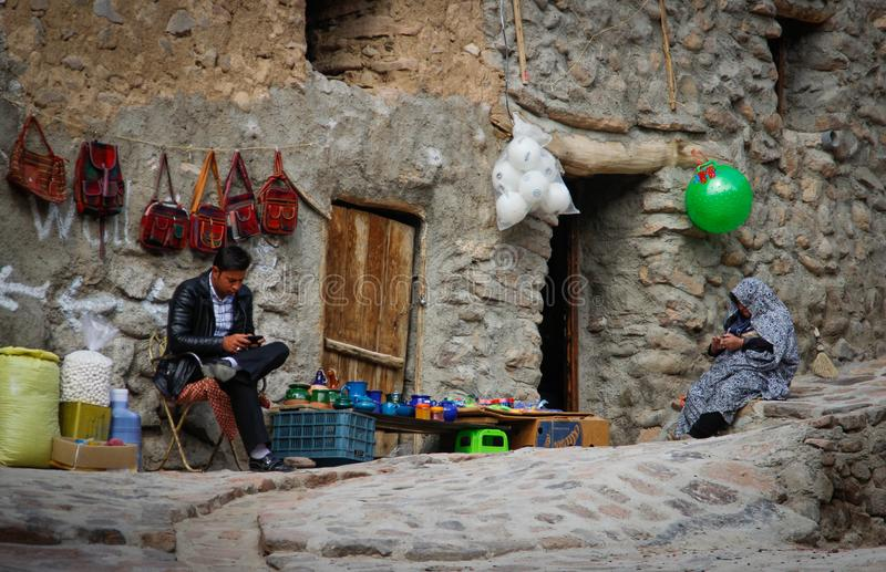 souvenirsäljare väntar på köpare i byn av Kandovan, Tabriz iran arkivfoto