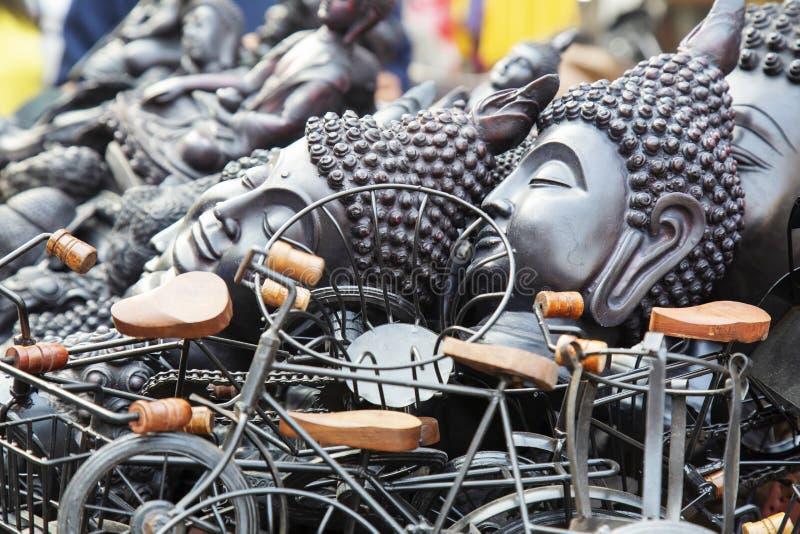 Souvenirs bouddhistes se vendant à la rue images stock