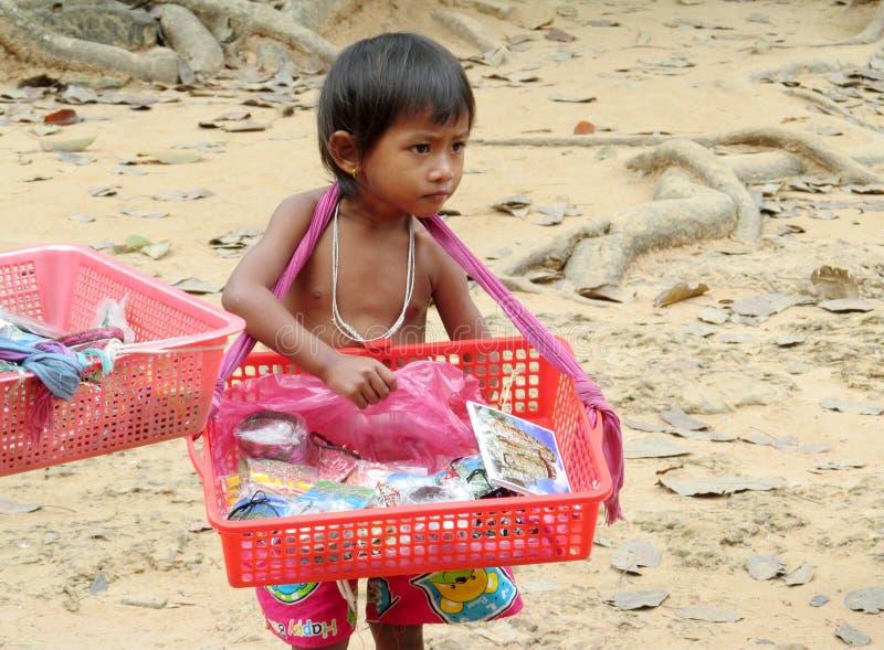 Souvenirs cambodgiens de vente de petit garçon photos libres de droits