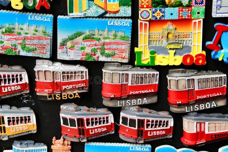 Souvenirs colorés d'aimant de ville de Lisbonne images libres de droits