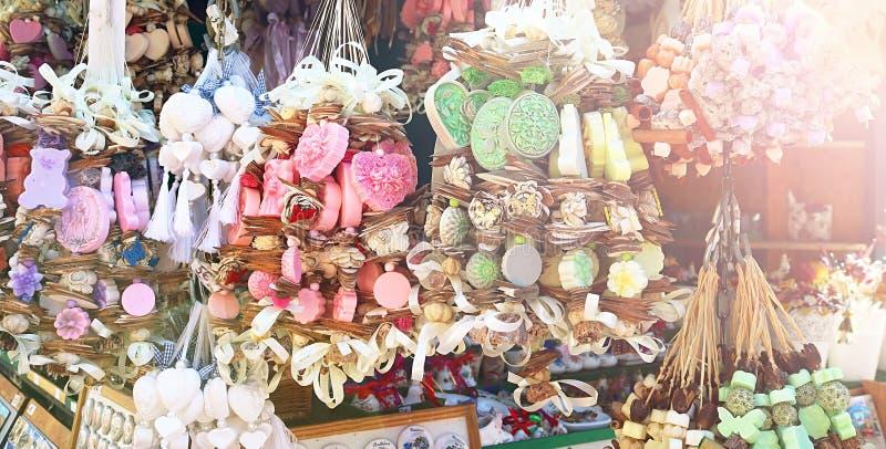 Souvenirs de Slovaquie Le matin, des savons naturels à base de plantes sur une corde du marché photo stock