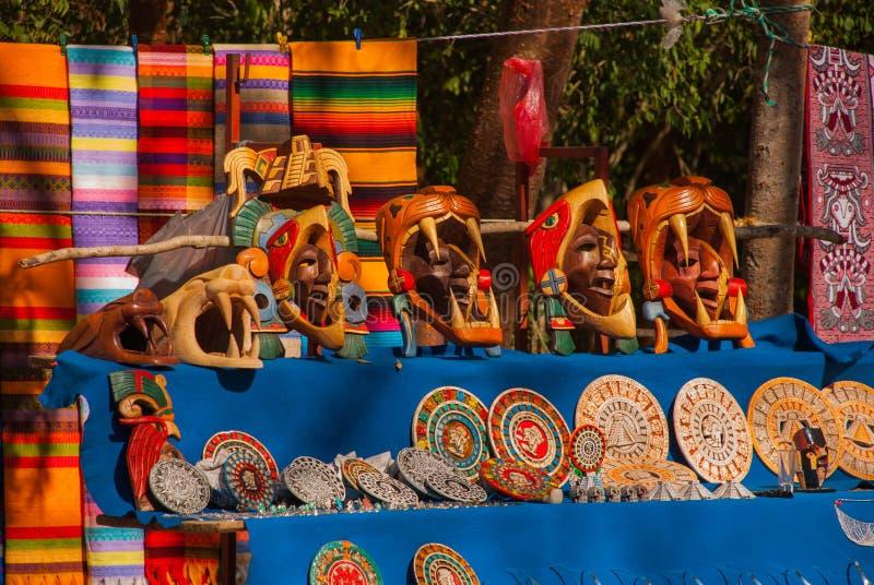 Souvenirs du Mexique sur le marché Métiers maya mexicains, broderie sur le tissu, plats, pyramides images stock