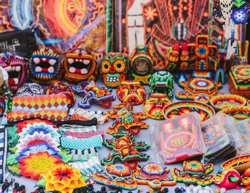 Souvenirs et artisanat perlés colorés mexicains dans Sayulita, Mexique photographie stock