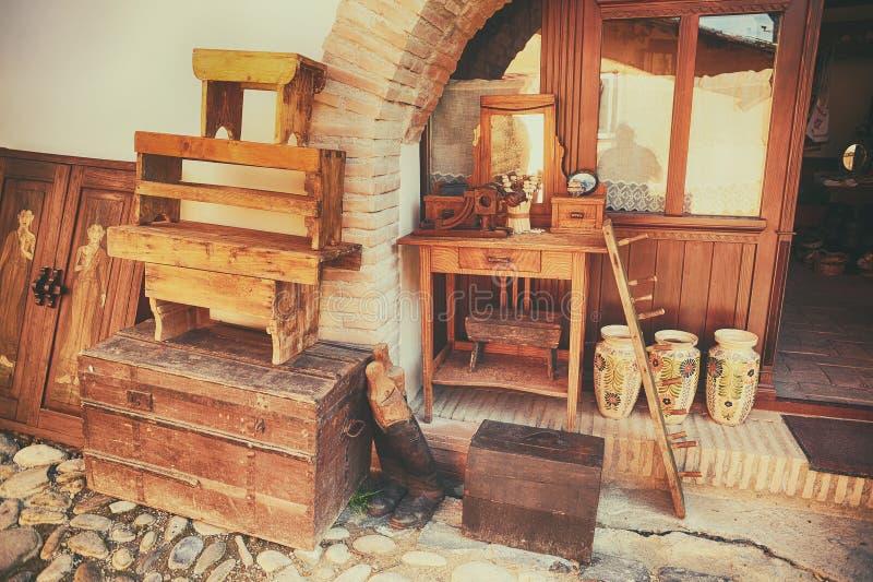 Souvenirs faits en bois et céramique images stock