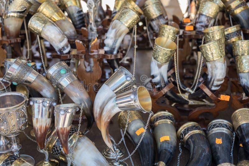 Souvenirs géorgiens - tasses de klaxon pour le vin images libres de droits