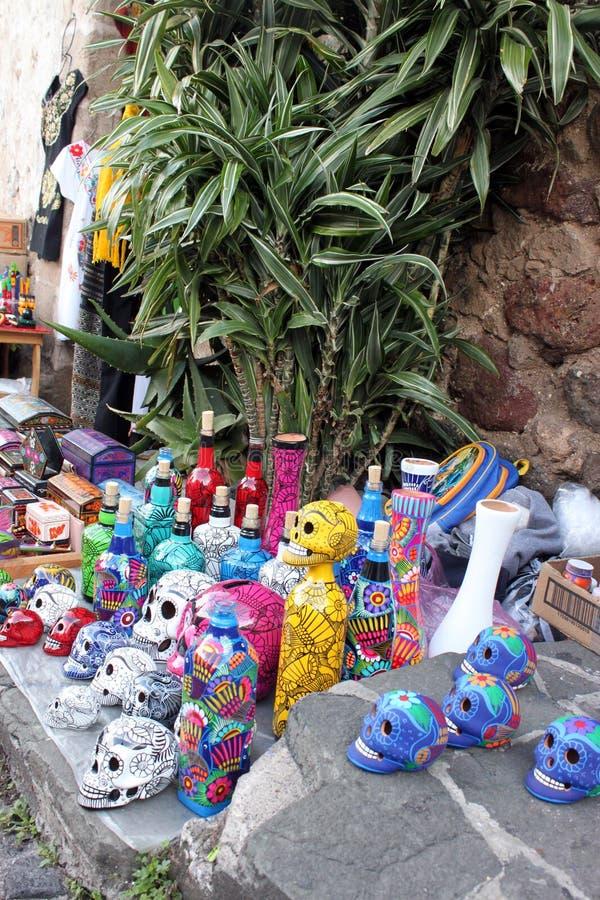 Souvenirs mexicains de squelettes de crânes, jour de dias de los muertos de la mort morte photographie stock libre de droits
