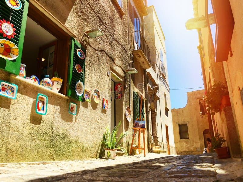 Souvenirs siciliens Étroit et rue antiques et typiques de pavé rond dans Erice, Sicile, Italie photos libres de droits