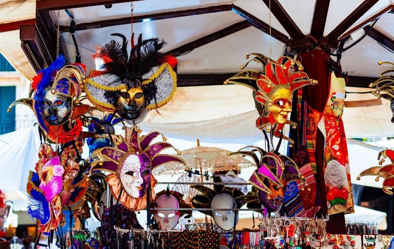 Souvenirs vénitiens de masque de carnaval dans le magasin de rue en Italie photo stock