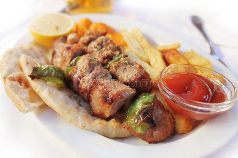 Souviaki grec de nourriture Brochette grillée de viande sur le pain pita image libre de droits