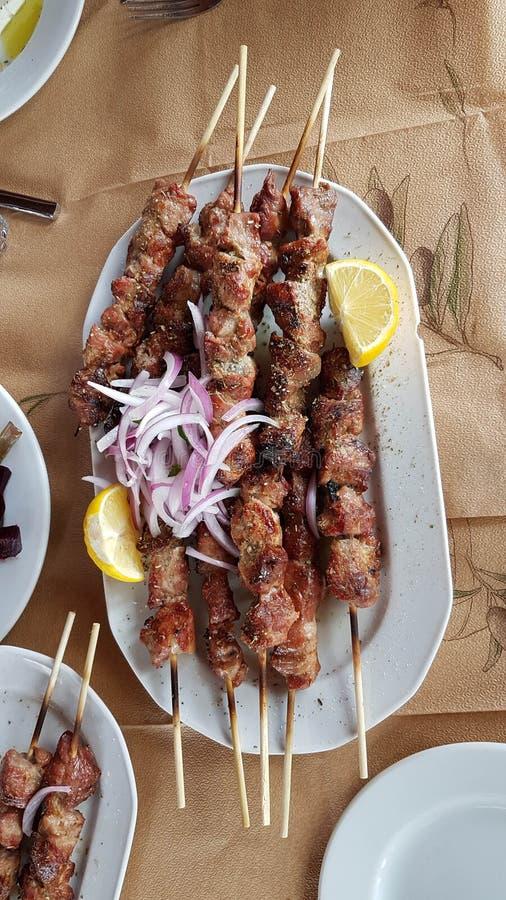 Souvlaki ελληνικά στα τρόφιμα κρέατος σχαρών στοκ φωτογραφίες με δικαίωμα ελεύθερης χρήσης