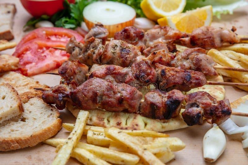 Souvlaki, οβελίδια κρέατος, παραδοσιακά ελληνικά τουρκικά τρόφιμα κρέατος στο ψωμί pita και πατάτες στοκ εικόνες με δικαίωμα ελεύθερης χρήσης