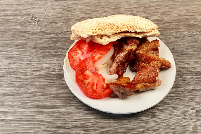 Souvlaki grec avec du pain pita et des légumes en gros plan sur la table Table de porc photo libre de droits