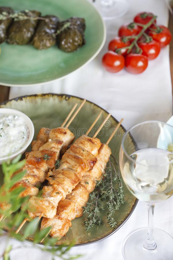Souvlaki grego tradicional da galinha com molho do tzatziki foto de stock