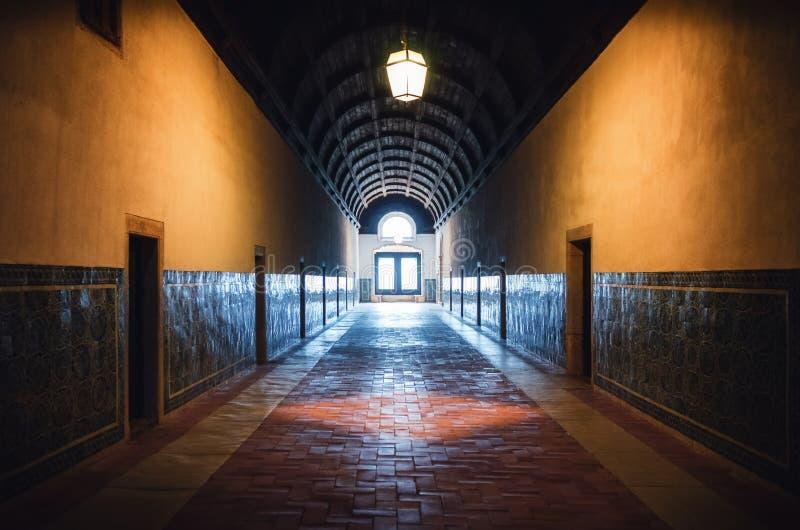 Sov- korridor av kloster av christ, det forntida templar fästet och kloster i Tomar, Portugal arkivbilder