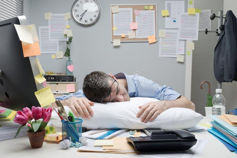 sova arbetare för skrivbordkontor arkivbild