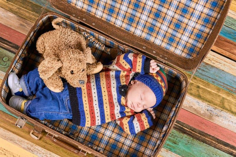 Sova behandla som ett barn, den mjuka leksakhunden arkivfoto