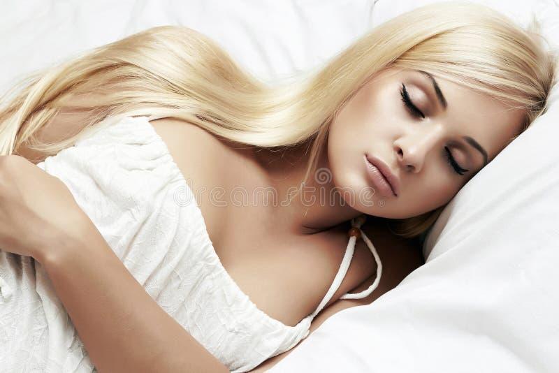 Sova den h?rliga blonda kvinnan s?ta dr?mmar arkivbild