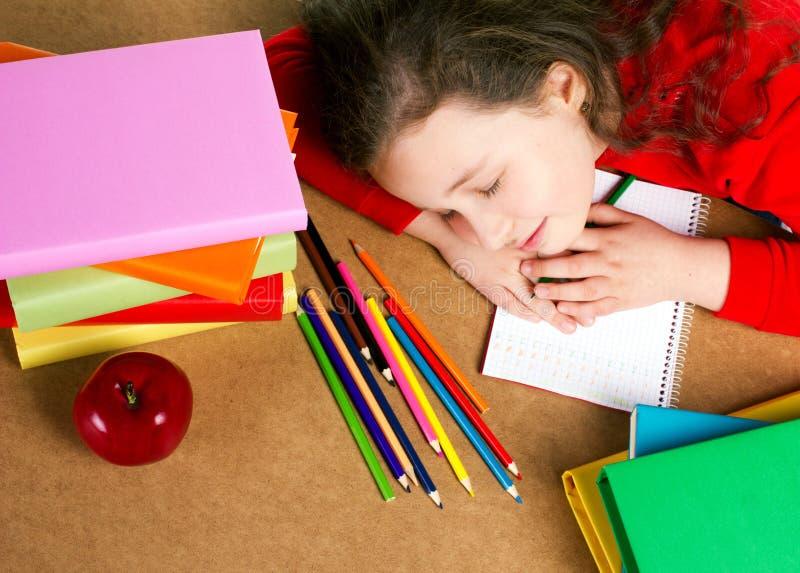 Sova den lilla skolflickan arkivfoto