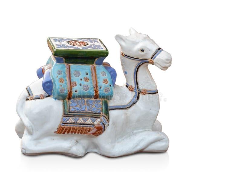 Sova för antik vit kamel för sidosikt keramiskt på vit bakgrund, kopieringsutrymme royaltyfria foton
