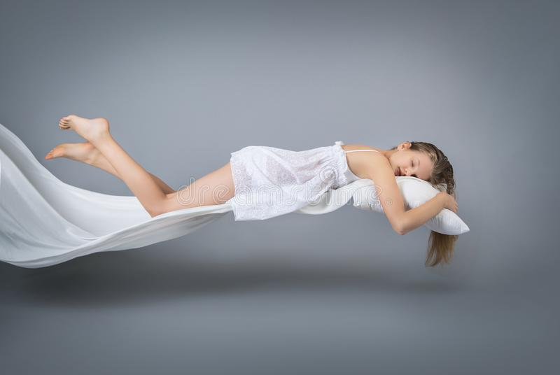 sova för flicka dröm- flyg fotografering för bildbyråer
