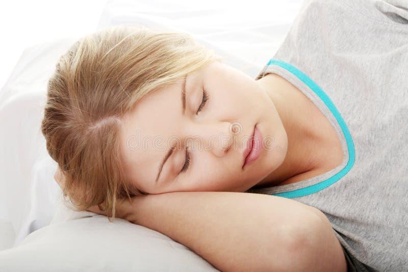 sova för flicka som är tonårs- arkivbild