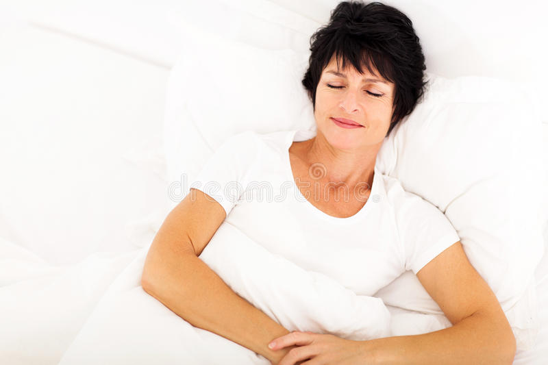 Sova för kvinna för en mitt åldrigt arkivfoton