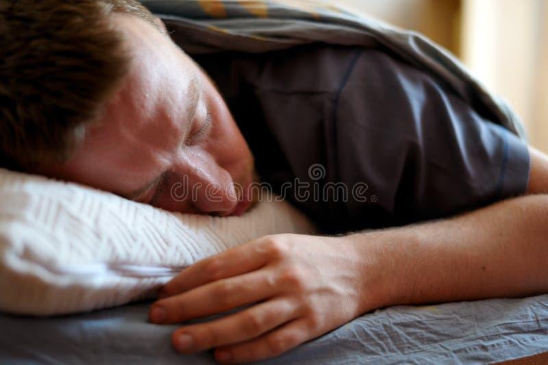 sova för man royaltyfria bilder