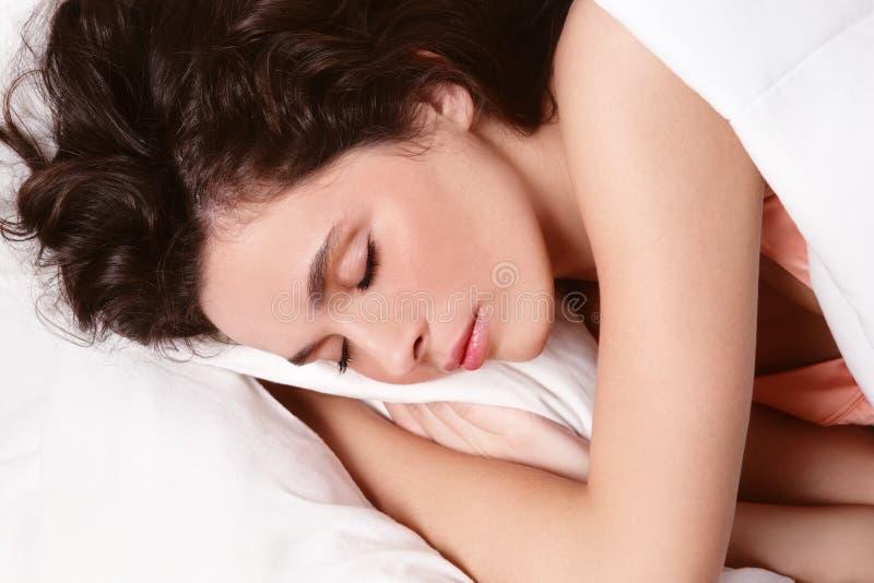 Download Sova kvinna fotografering för bildbyråer. Bild av älskvärt - 16055253
